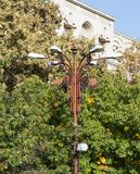 Straatlantaarn die zich op de Boulevard Unirii in de stad van Boekarest in Roemenië bevinden Stock Afbeeldingen