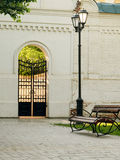 Straatlantaarn en bank in stadspark Royalty-vrije Stock Afbeelding