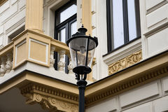 Straatlantaarn en een balkon Royalty-vrije Stock Foto's