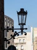 Straatlantaarn, lantaarn op de muur van het gebouw stock afbeelding
