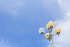 Straatlantaarn met blauwe hemel royalty-vrije stock afbeeldingen