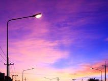 Straatlantaarn met hoogtepunt op de achtergrond van de fantasiehemel en roze wolken na zonsondergang royalty-vrije stock afbeelding