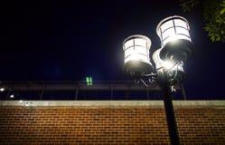 Straatlantaarn met wit licht wordt verlicht dat Stedelijke verlichting bij nacht Stock Afbeeldingen