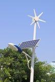 Straatlantaarn met zonne en windelektrische centrale Stock Fotografie