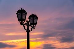 Straatlantaarn op de achtergrond van de avondhemel Royalty-vrije Stock Foto