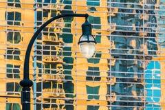Straatlantaarn op de achtergrond van wolkenkrabber stock foto