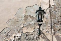 Straatlantaarn op een oude muur Stock Fotografie