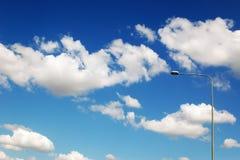 Straatlantaarn tegen de bewolkte hemel Royalty-vrije Stock Afbeelding