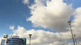 Straatlantaarn tegen de hemel Drijvende Wolken Tijd-tijdspanne opname stock footage