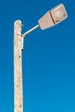 Straatlantaarn tegen een blauwe hemelachtergrond Stock Foto