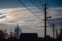 Straatlantaarns en blauwe hemel, Lampen en blauwe hemel, Schijnwerper en blauwe hemel stock afbeelding