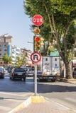 Straatlantaarns en verkeersteken in het toeristencentrum van Istanboel, Turkije Winkels en koffie Stock Foto's