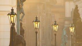 Straatlantaarns op Charles-brug in de ochtend Praag Stock Foto's
