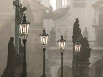 Straatlantaarns op Charles-brug in de ochtend Praag Royalty-vrije Stock Foto's
