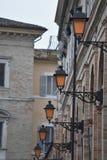 Straatlantaarns op een rij, Fermo, Italië Stock Fotografie