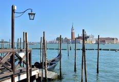 Straatlantaarns op het dok voor gondels in Venetië, Italië stock afbeeldingen