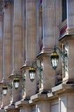 Straatlantaarns op het gebouw Stock Afbeeldingen