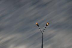 Straatlantaarns over de hemel van het motieonduidelijke beeld Stock Foto's
