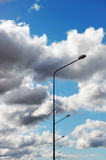 Straatlantaarns tegen de bewolkte hemel Royalty-vrije Stock Fotografie