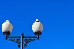 Straatlantaarns tegen een blauwe hemeldag Ruimte voor tekst Royalty-vrije Stock Fotografie