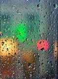 Straatlantaarns zichtbaar door venster Stock Foto's