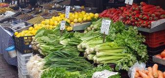 Straatmarkt met verse vruchten en groenten in Athene van de binnenstad, Griekenland royalty-vrije stock foto's