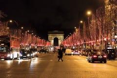 Straatmening bij de de Triomfantelijke die Boog en weg van Champs Elysees voor Kerstmis wordt verlicht royalty-vrije stock afbeelding