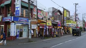 Straatmening in de historische stad van Kamakura Ofuna - KAMAKURA/JAPAN - JUNI 18, 2018 stock footage