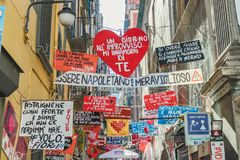Straatmening in de Spaanse buurt in Napels Italië 01 07 2018 Italië stock afbeelding