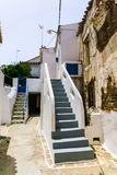 Straatmening in Driopis Driopida, het traditionele dorp van cycladic eiland Kythnos in Griekenland stock foto's