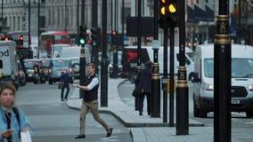 Straatmening in het stadscentrum van Londen - de extreme langzame motie schoot - LONDEN - ENGELAND - SEPTEMBER 5, 2017 stock videobeelden