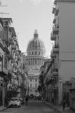 straatmening met capitolio bij achtergrond, La Havana, Cuba Royalty-vrije Stock Afbeeldingen