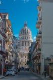 Straatmening met capitolio van La Havana, Cuba Stock Foto's