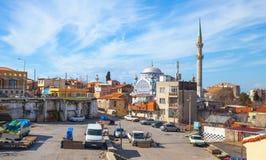 Straatmening met de oude moskee van Fatih Camii Royalty-vrije Stock Foto's