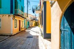 Straatmening met kleurrijke oude huizen in Griekenland Stock Foto