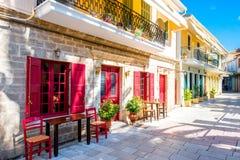 Straatmening met kleurrijke oude huizen in Griekenland Stock Afbeeldingen