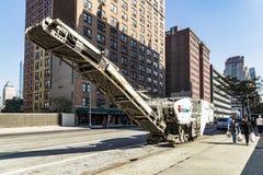 Straatmening met mensen en Roadtec-straatmachine in New York C Royalty-vrije Stock Foto's