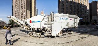 Straatmening met mensen en Roadtec-straatmachine in New York C Stock Afbeeldingen