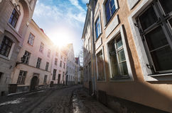 Straatmening met ochtendzon in oud Tallinn Stock Fotografie