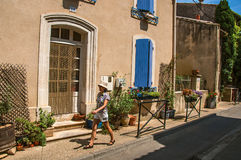 Straatmening met steenhuizen en vrouw in het centrum van châteauneuf-du-Pape stock afbeeldingen