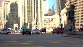 Straatmening met vage bewegende auto's stock footage