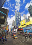 Straatmening over Broadway in Times Square Stock Foto