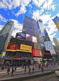 Straatmening over Broadway-Wolkenkrabbers in Times Square Royalty-vrije Stock Afbeeldingen