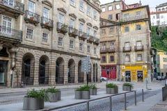 Straatmening over de mooie oude gebouwen met Portugese tegels op de voorgevels in Porto stad, Portugal royalty-vrije stock fotografie
