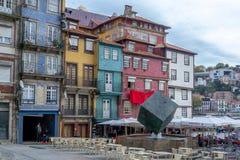 Straatmening over de mooie oude gebouwen met Portugese tegels op de voorgevels in Porto stad, Portugal stock afbeelding