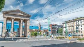 Straatmening over Ticinese-stadspoort en tram timelapse in Milaan stock footage