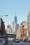 Straatmening over Weg en Freedom Tower in New York Stock Foto's