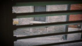 Straatmening van de oude Italiaanse stad door de vensterblinden stock videobeelden