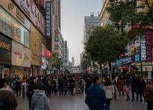 Straatmening van de weg van Jianghan lu de grootste voet het winkelen straat van Wuhan in China Stock Afbeeldingen