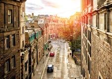 Straatmening van Edinburgh in zonsondergang stock foto's
